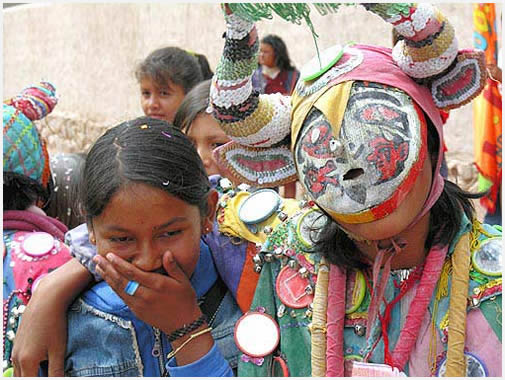 Con máscaras, con espejos, tapados o al descubierto. Con agua o harina, todo vale para desinhibirse .