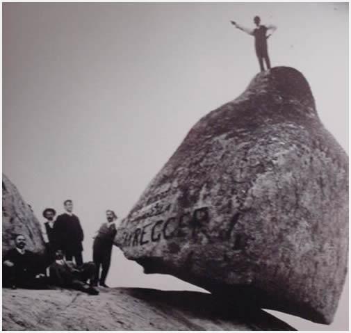 Aún pueden encontrarse en la ciudad fotos de la famosa piedra movediza.
