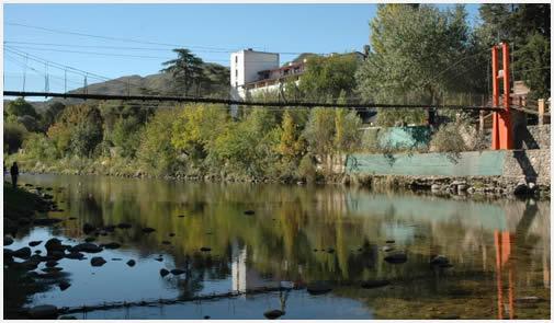El río y el puente colgante, una postal típica de la zona.