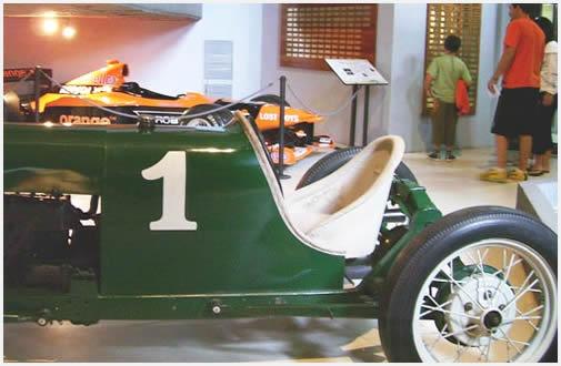 Otros autos de época acompañan a los del campeón.