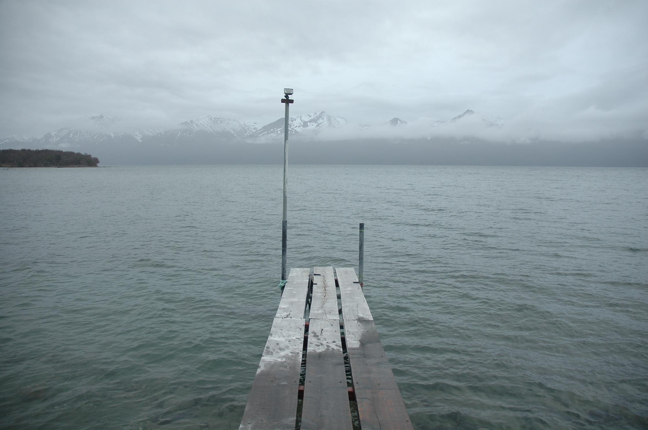 Cuando llueve o baja la niebla, el lago parece infinito.