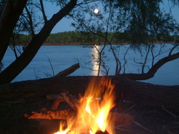 La pesca se realiza tanto en los ríos Uruguay como Paraná, por eso la provincia recibe este nombre. Por estar entre estos dos ríos.