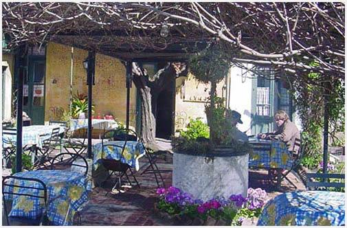 El patio es el lugar ideal para almorzar. Hay que hacer la reserva temprano.