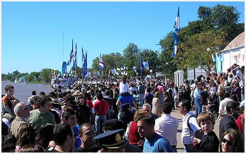 Todo el pueblo espera ansioso el momento de la partida, en el que más de 200 lanchas largan...