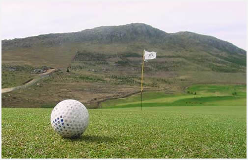 El golf es la excusa perfecta para llenarse de verde y de sierras.