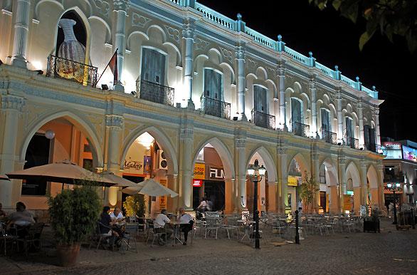Noche en la plaza la plaza 9 de Julio - Autor: Jorge González